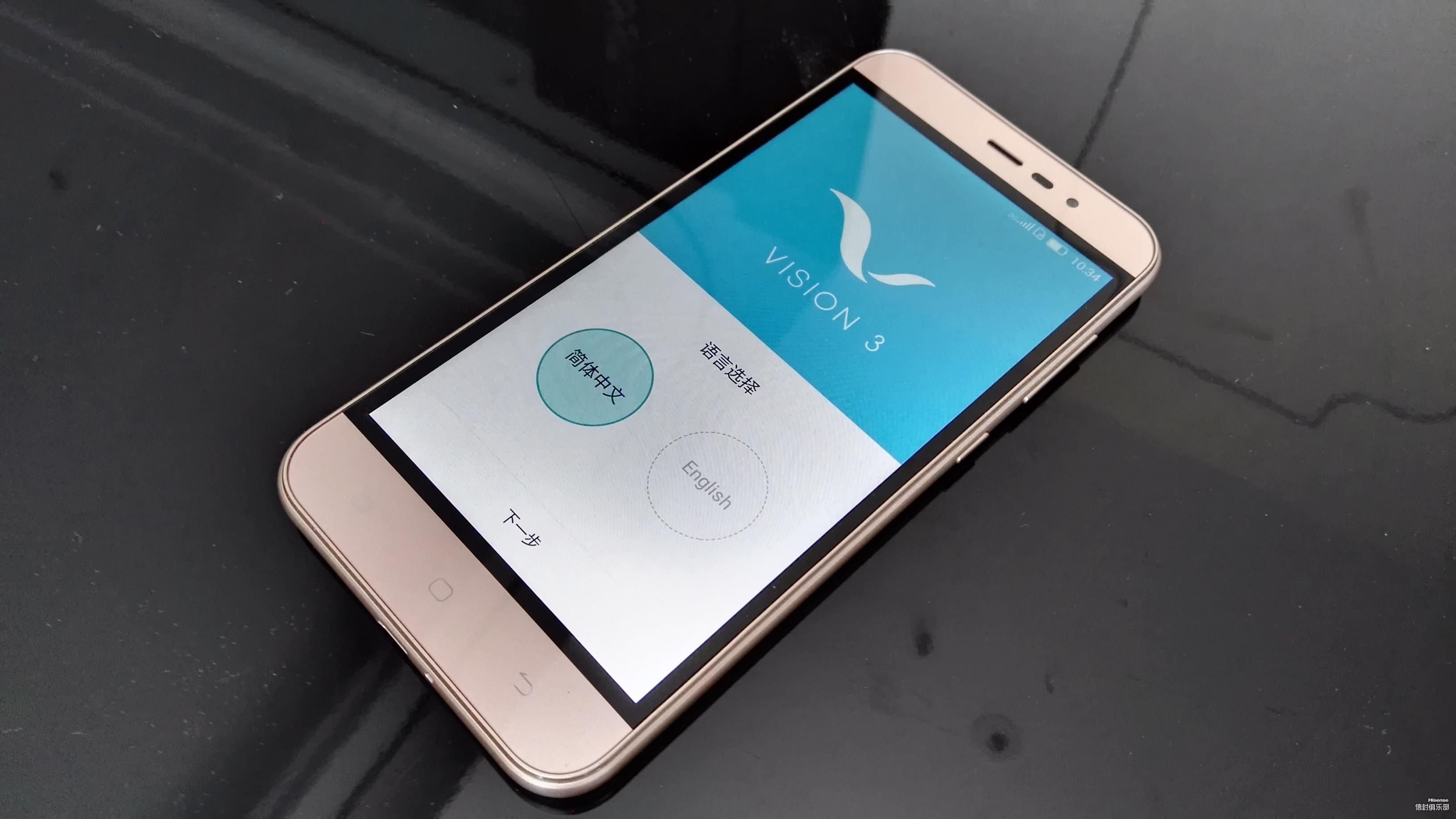 最近手机新闻越来越多,产品越出越新,功能越来越丰富,竞争越来越激烈,千元机的市场产品型号也有很多种的选择,基本千元机都是主打性价比,最来海信出迎来了全新的手机一款金属指纹手机F3 Pro。该机售价1299元,在此之前笔者体验过海信的D2-M、金刚II,这是第三次体验海信手机,每次都不一样的感觉,那么这款新机到底如何,我们接着往下看吧!  如同镜面一般的手机屏  海信F3 Pro在配置方面搭载了高通MSM8937八核处理器,2GB+16GB内存,安卓6.