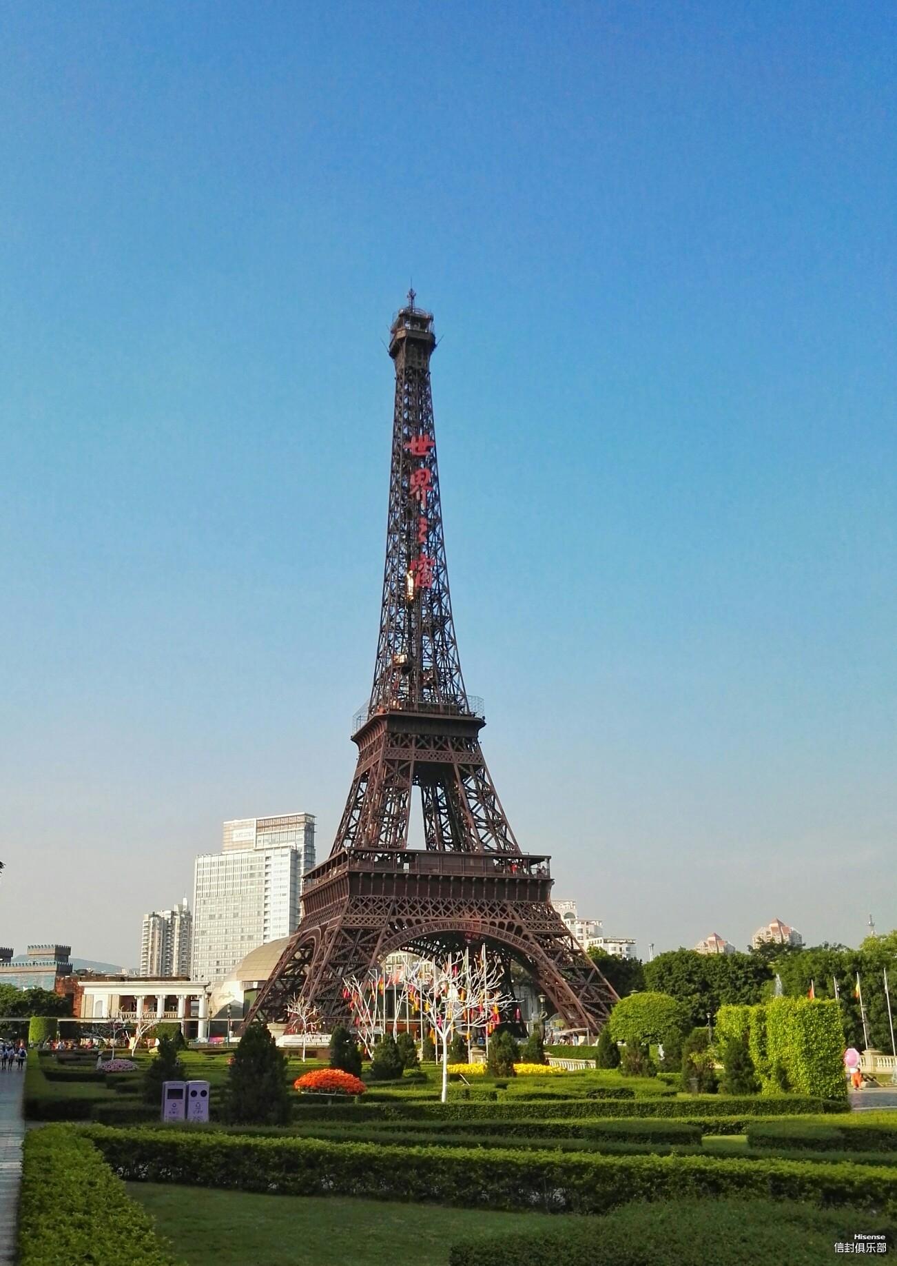 深圳世界之窗埃菲尔铁塔是按照1:3的比例做的。巴黎埃菲尔铁塔高324米,而世界之窗的只有108米;在深圳世界之窗埃菲尓铁塔的顶端可以俯瞰深圳城市景观,还可以看到香港的新界。以下是从不同角度对铁塔进行拍摄的照片,和朋友们一起分享。