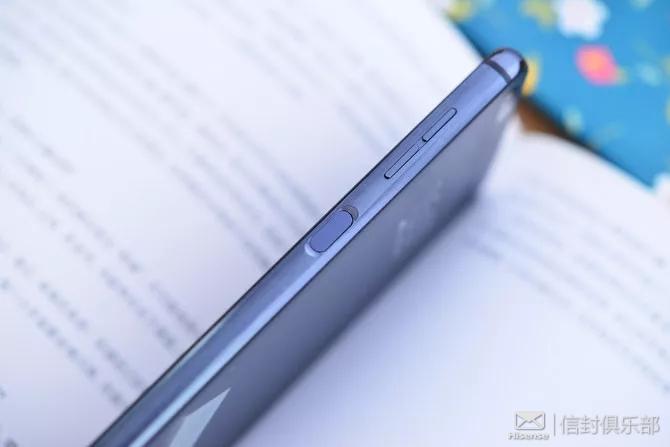 海信双屏手机A6的背面则搭载了一块5.61英寸的E-Link水墨屏,分辨率为1440X720,达到了HD+级别。表面覆盖了一层哑光磨砂玻璃,更接近纸质书的感觉。同时还加入了平行背光功能,内置柔光灯智能调节,可自动形成柔和的夜读模式,使得A6在阅读方面有天然的优势。即使你看了很长时间的书,眼睛也不会感到过度劳累。